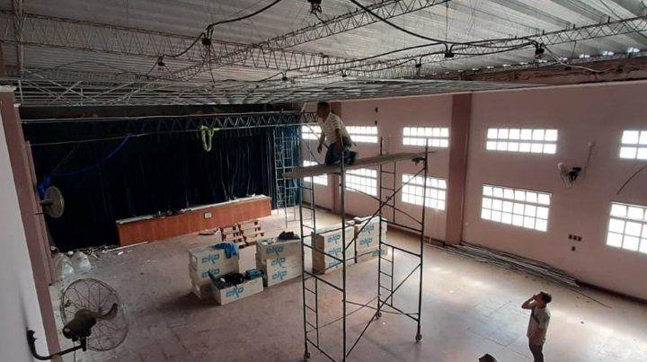 Se coloca el cielorraso de la Sala Cultural