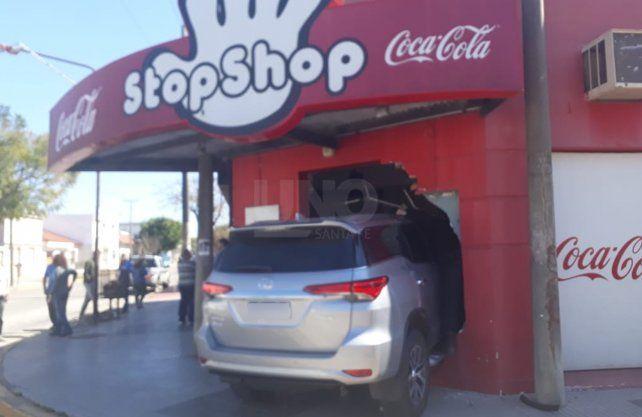 El auto quedó incrustado en la vidriera del comercio.