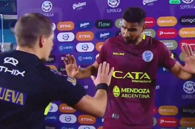 Escándalo: el árbitro increpó a un jugador frente a las cámaras