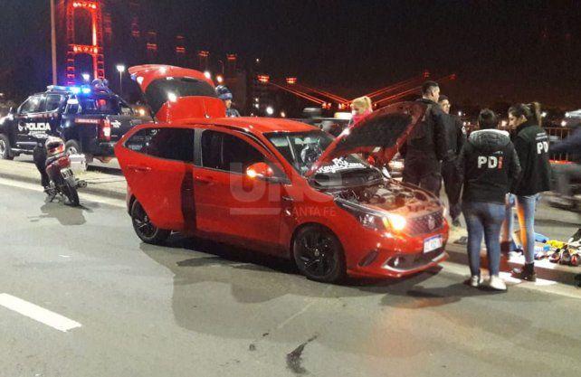 El automovil que el hombre le sustrajo a los pescadores quedó sobre el puente Oroño.