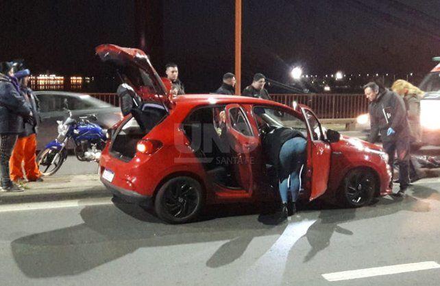 El automóvil fue abandonado por el delincuente sin una ruda y sobre el puente Oroño.