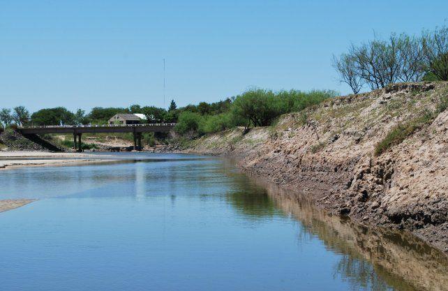 Laminas de divulgación y foto del área del hallazgo en el Rio Salado