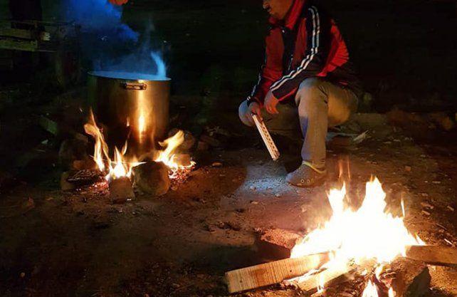 Así cocinan en las noches los fines de semana voluntarios de Ayudanos a Ayudar.