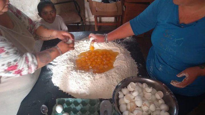 En ocasiones las voluntarias cocinan fideos caseros durante las tardes para llegar con la demanda.