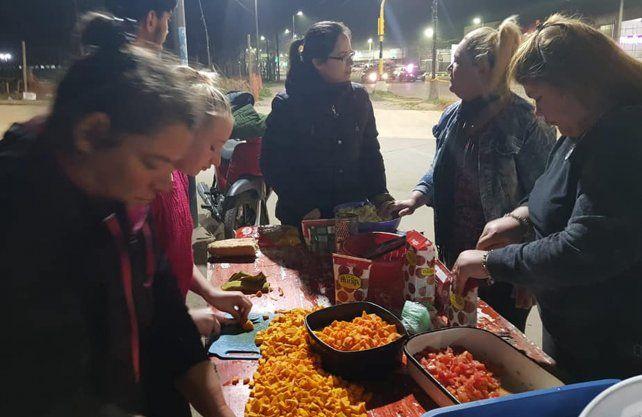 Ayudanos a Ayudar entregando comida frente al nuevo Hospital Iturraspe.