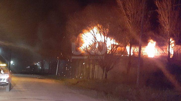 Imágenes del incendio de magnitudes que se desató en la madrugada en Recreo Sur