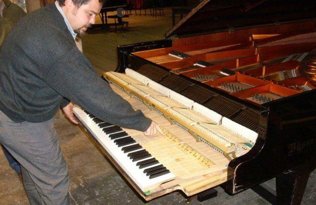 Marco Naya, trabajando en la restaruación del piano en 2008.