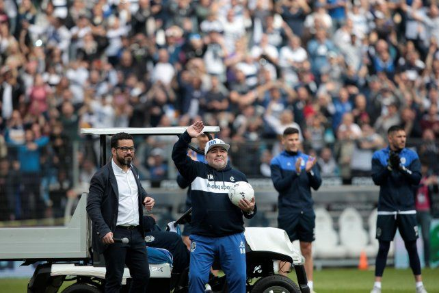 Un Maradona emocionado y con lágrimas fue presentado en Gimnasia