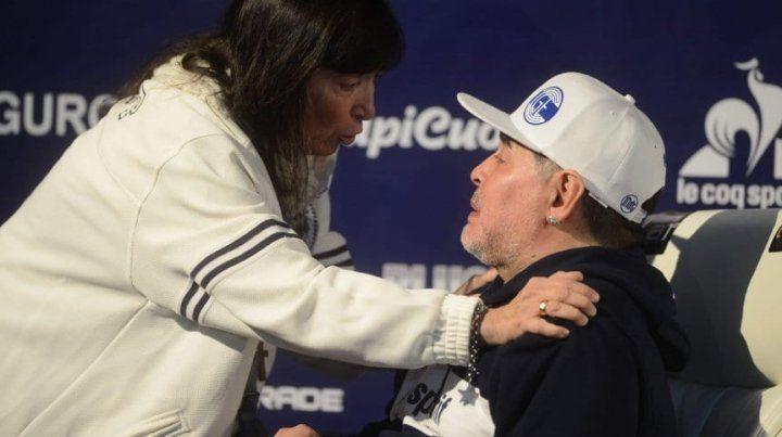 La hermana de Cristina dio la nota en la presentación de Maradona