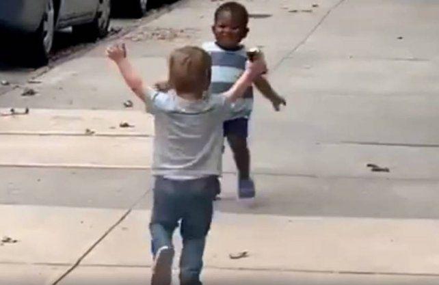 El video de un súper abrazo de dos amiguitos da vuelta al mundo