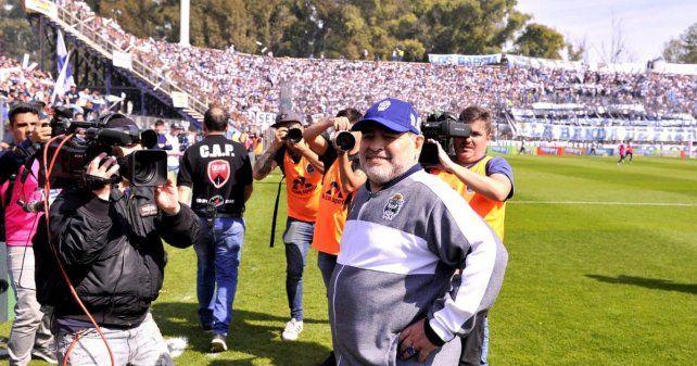 Racing le amargó el debut a Maradona en Gimnasia