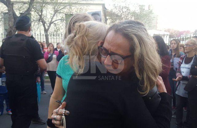 La madre de Julio Cabal (h), abrazada por familiares, amigos y vecinos que se congregaron a pedir justicia.