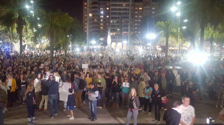Multitudinaria concentración frente a Casa de Gobierno.