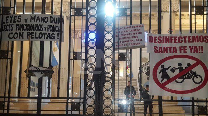 Los manifestantes dejaron plasmados sus reclamos en Casa de Gobierno.