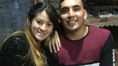 Daiana Sosa junto a su pareja, Maxi Olmos, asesinado el jueves para robarle la moto.