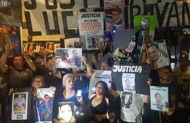 Los familiares de víctimas de la inseguridad subieron a las escalinatas de Casa de Gobierno para reclamar Justicia.