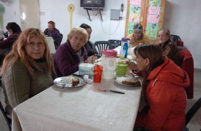 A partir de las 11 comienzan a llegar las personas para alimentarse.
