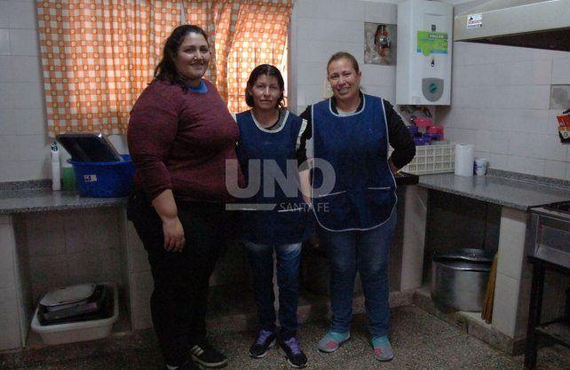 Verónica, Emilia y Silvia cocinan todas las mañanas 110 viandas de manera solidaria.