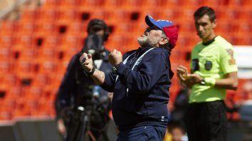 maradona sumo su primer triunfo como entrenador de gimnasia