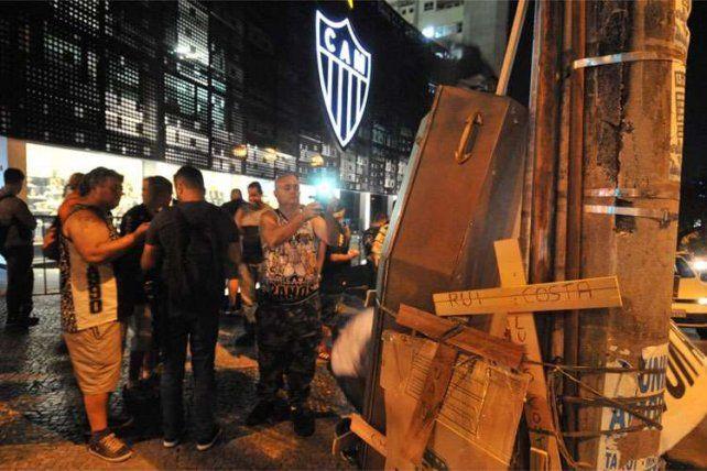Los hinchas de Atlético Mineiro le organizaron un velorio al plantel