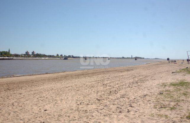 Así se ve la playa de la laguna Setúbal con el río bajo este lunes.