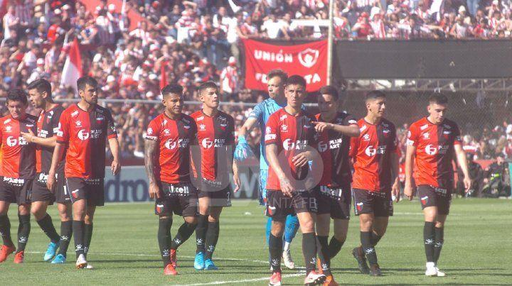 Colón sonríe en las Copas y llora en la Superliga