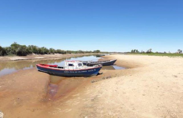 Un lector de UNO Santa Fe envió la foto de embarcaciones encalladas en la costa de Santa Rosa de Calchines