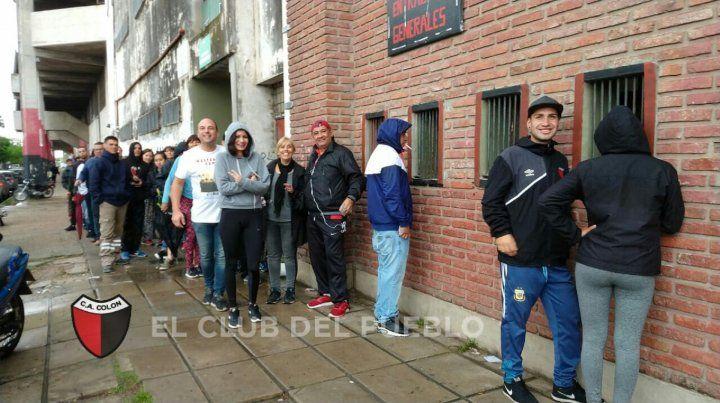 Los hinchas de Colón compran los pasajes para viajar a Paraguay