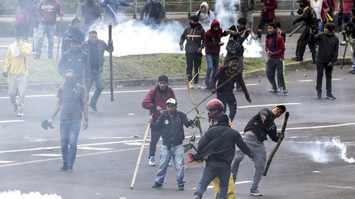 Manifestantes irrumpen en el parlamento de Ecuador