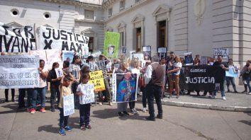 Decenas de personas esperaron en la explanada de la Legislatura los resultados de la reunión. Foto: José Busiemi.