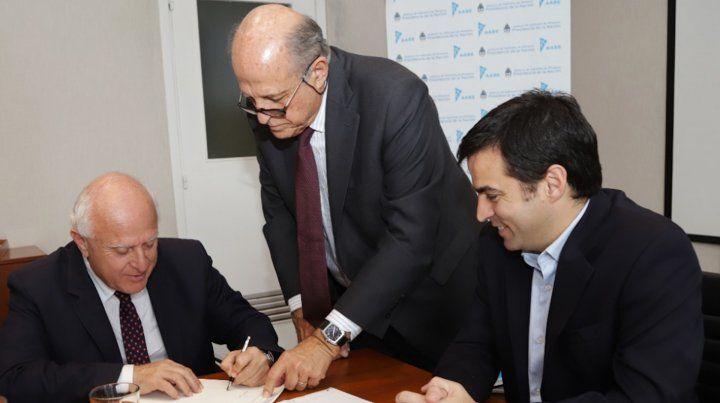 Traspaso. Firma de la transferencia de los terrenos de la Nación a la Provincia.