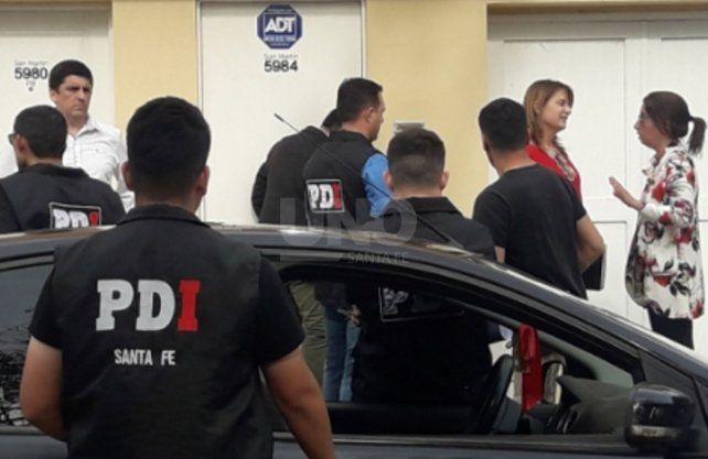 Las fiscales junto al personal policial durante los allanamientos y detenciones.