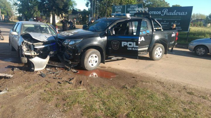 Violento choque entre un patrullero y un automóvil