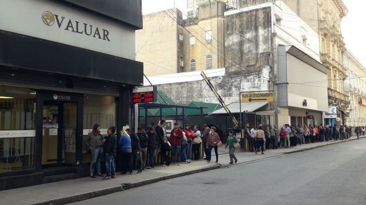 Tucumán y San Martín. Los santafesinos se armaron de paciencia para comprar dólares y se sumaron a las largas colas.