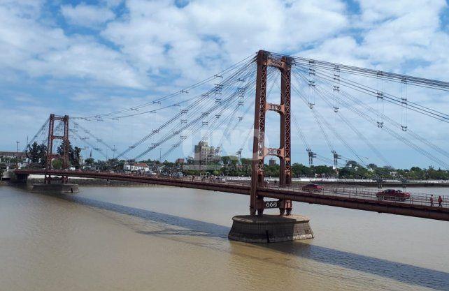 Muchas personas se bajaron de los transportes públicos para pasar el puente a pie.