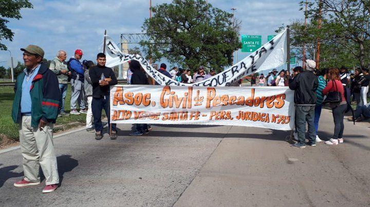 El corte en la ruta 168 está impulsado por los pescadores que reclaman que se dicte la veda en el río Paraná para la pesca.