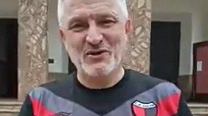 El mensaje del Padre Axel a la gente desde Asunción con la camiseta de Colón puesta