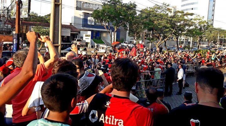 Los hinchas de Colón hicieron temblar a Asunción con un emotivo banderazo