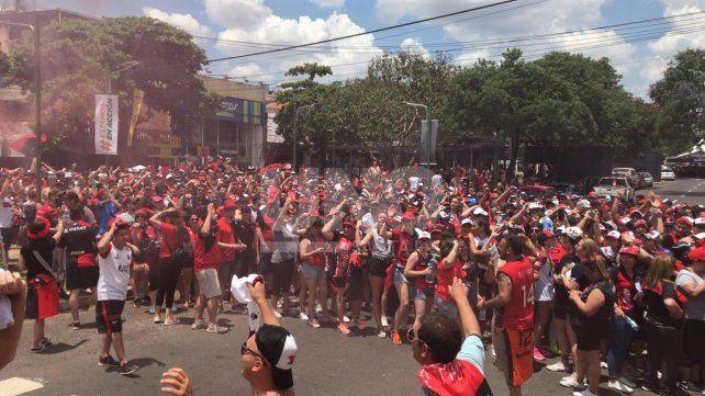 Así es la vigilia de los hinchas de Colón para la histórica final en Asunción