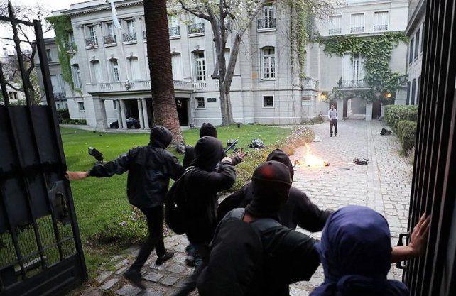 Atacaron la embajada argentina en Santiago de Chile