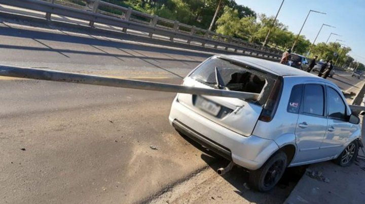 Así quedó el auto tras incrustarse contra el guardarraíl.
