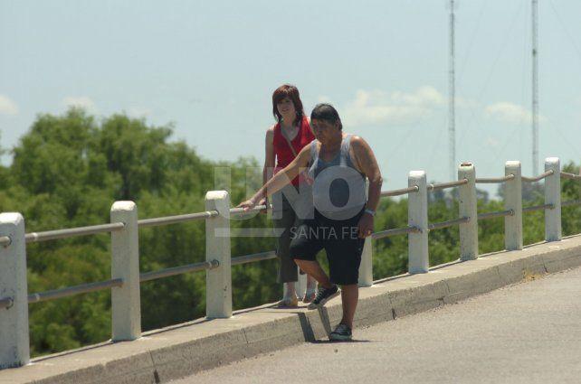 Alicia y el Tata juntos, sobre el puente del arroyo Leyes, en el mismo lugar por donde pasó el colectivo a través de la baranda para luego precipitarse al agua.