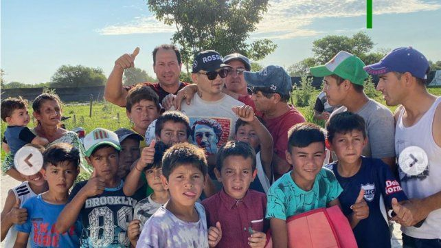 El Chino Maidana regaló billetes de 100 pesos a varios chicos en Vera