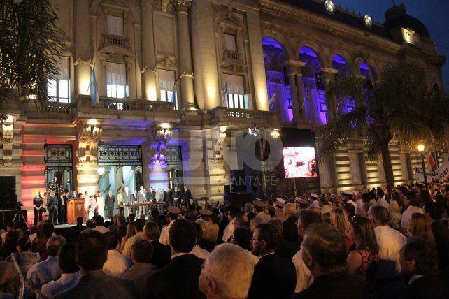 Para la asunción de Bonfatti se montó un escenario en la explanada de Casa de Gobierno