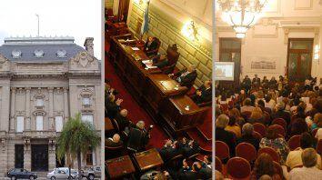 Explanada de Casa de Gobierno, Legislatura, Salón Blanco. Los tres lugar en los cuales se podría realizar la entrega de atributos.
