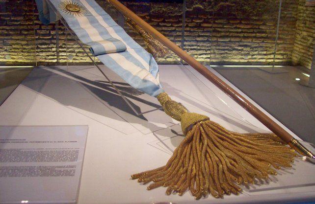 Banda y bastón presidencial utilizada por Raúl Alfonsín.