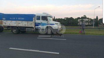 murio una motociclista arrollada por un camion en la autopista