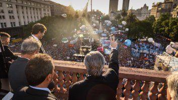 Alberto saludó desde el balcón a la multitud.