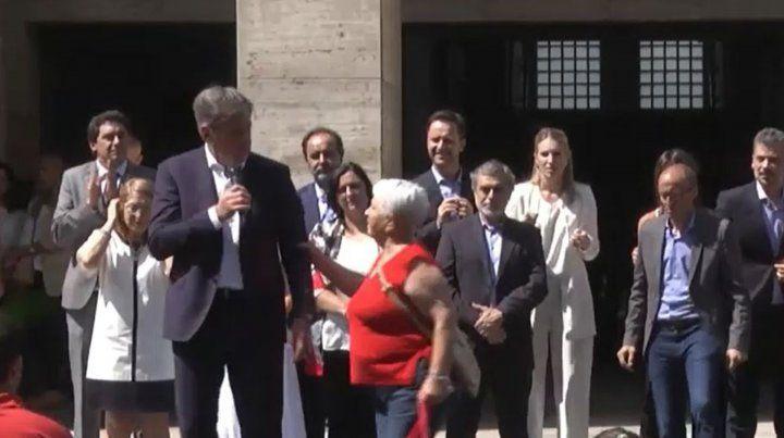 El momento en que la mujer lo agarra del brazo a Emilio Jatón.