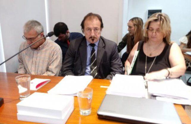 El cura Néstor Fabián Monzón junto a su abogado Ricardo Degoumois.